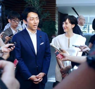 安倍首相に結婚の報告をした後、取材に応じる小泉進次郎環境相(左)とクリステルさん