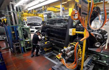 ドイツ南西部ラシュタットのダイムラー工場で生産されるメルセデス・ベンツ車=2月(ロイター=共同)
