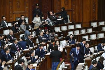 参院本会議に出席する野党議員ら=29日午後