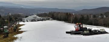 嬬恋村の鹿沢スキー場は23日にオープンしたばかりだったが、26日から営業を見合わせている(24日付より)