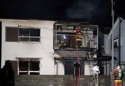 全焼した木造2階建ての民家=29日午後7時59分、神戸市垂水区北舞子1