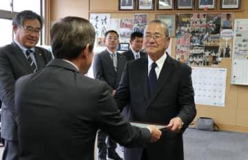 西田会長から感謝状を受け取る溝田さん(右)=雲仙市、小浜高