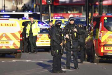 英ロンドン橋の襲撃現場付近に集まった警察官=29日、ロンドン(PA通信提供、AP=共同)