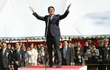 「桜を見る会」であいさつする安倍首相=4月13日、東京・新宿御苑