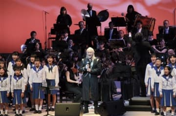 熊本城ホール開業記念式典で熱唱する歌手の玉置浩二さん(中央)=熊本市