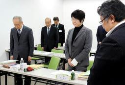 第三者委員会初会合の冒頭、男子生徒に黙とうをささげる委員ら=神戸市中央区八幡通4