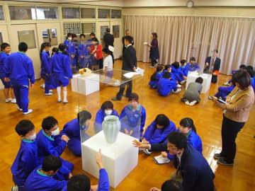 県現代陶芸美術館から運び込まれた作品を鑑賞する生徒=土岐市鶴里町細野、濃南中学校