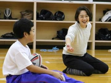 新体操の要素を加えた運動を教える川本ゆかりさん(右)=飛騨市神岡町桜ケ丘、桜ケ丘体育館