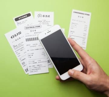「レシート読み取り機能」が便利な家計簿アプリ。銀行口座やクレジットカード情報と連携できるものも便利です(hanack/stock.adobe.com)