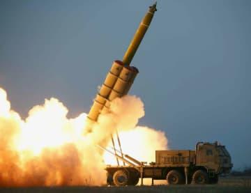 29日付の北朝鮮の労働新聞に掲載された「超大型多連装ロケット砲」の試射(コリアメディア提供・共同)