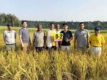 「はえぬき」の試験田で、記念写真に納まるアスクインディアの関係者たち=今年9月、インド・カイタル(アスク提供)