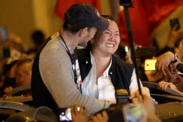 29日、リマの拘置所から釈放され夫と抱き合うケイコ・フジモリ容疑者(右)(ロイター=共同)