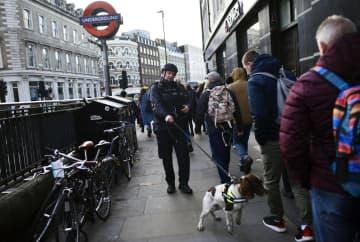 29日、英ロンドンのロンドン橋付近で警戒に当たる警察官(ゲッティ=共同)