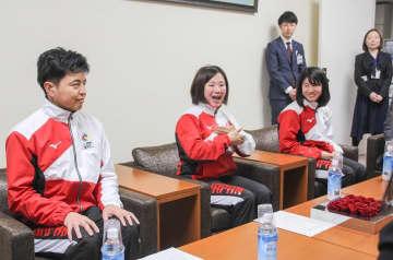 大会に向けた意気込みを手話で伝える選手ら=横浜市役所