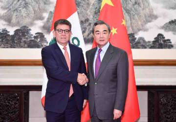 王毅氏、ペルー外相と会見 「一帯一路」共同建設を強調