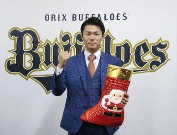 契約交渉を終え、ポーズをとるオリックスの山本=30日、大阪市
