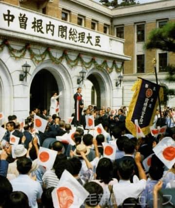 内閣総理大臣に就任し、初めてお国入りした中曽根康弘氏。大勢の県民が出迎えた=1983年、県庁