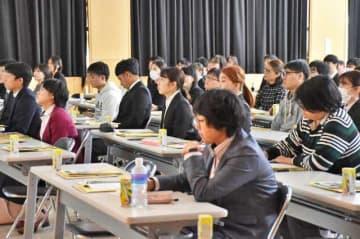 県教委が宮崎市で開いた教員採用試験ガイダンス。学生ら約100人が参加し、意欲を高めた=30日午後、県教育研修センター