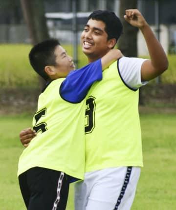 練習でゴールを決め、喜ぶ水野守さん(右)