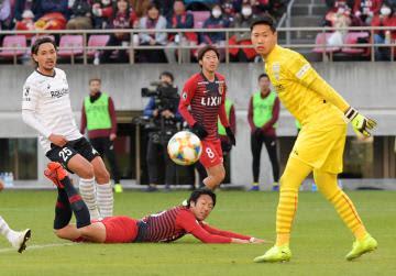 鹿島-神戸 後半11分、ヘディングでゴールを狙うも枠を外し倒れ込む鹿島・伊藤=カシマスタジアム、吉田雅宏撮影