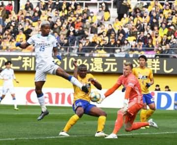 【大分―仙台】前半、ゴール前に飛び込む大分のFWオナイウ(左)=ユアテックスタジアム仙台