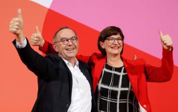 ドイツの社会民主党(SPD)の党員投票で次期党首に選出されたワルターボルヤンス氏(左)とエスケン氏の男女ペア=30日、ベルリン(ロイター=共同)