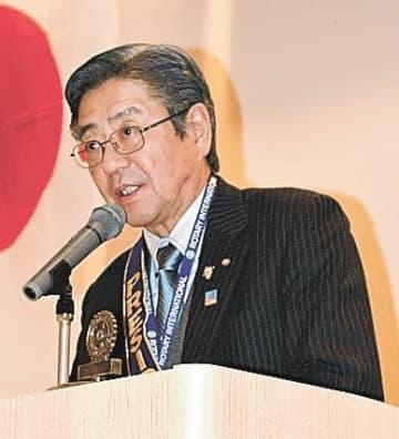記念式典で感謝の言葉を述べる重富会長
