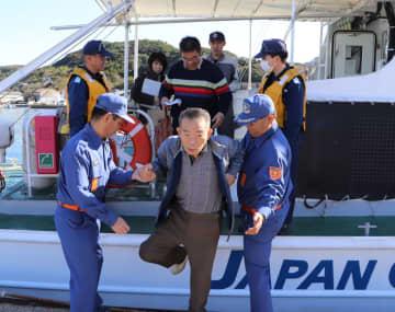 巡視艇で避難訓練をする住民(中央)ら=平戸市、薄香漁港