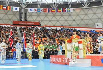 華やかな雰囲気に包まれた女子ハンドボール世界選手権の開会式=30日、パークドーム熊本(上杉勇太)