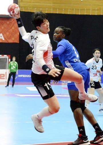 【フランス-韓国】後半、ジャンプシュートを放つ韓国のライ=山鹿市総合体育館