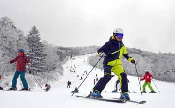 オープンした上級者コースを滑走するスキーヤーら=30日午前、那須塩原市湯本塩原