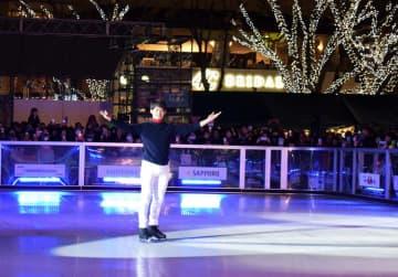 スケートリンクで華麗な滑りを披露する小塚さん=30日夜、千葉市中央区の中央公園