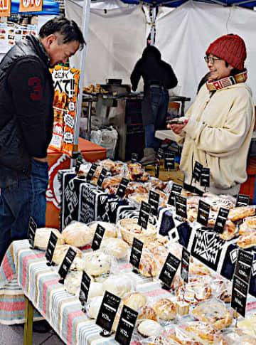 イベント会場に並ぶ多彩なパン=30日、大阪市鶴見区