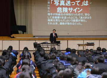 講座でインターネットの安全な利用を呼び掛ける大久保輝夫さん=11月28日午後、利根町横須賀