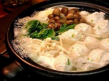 手づくり鶏つくねで作る、ヘルシーでさっぱりおいしいスープの鶏つくね鍋。手づくりだからこそ際立つ、出汁と素材のおいしさを愉しめる鍋料理です。
