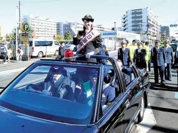 一日署長としてパレードに参加した荒木優里さん(草加署提供)