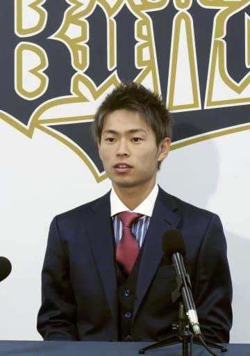 契約更改し、記者会見するオリックス・山岡=1日、大阪市