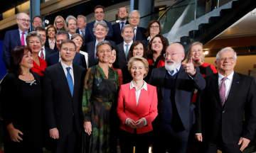 フランス東部ストラスブールで、記念撮影する欧州委員会のフォンデアライエン委員長(中央)と新欧州委員=11月27日(ロイター=共同)