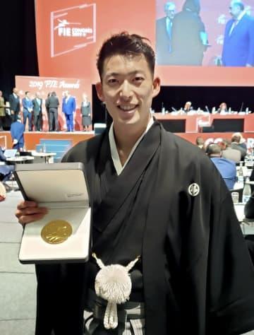 国際フェンシング連盟の年間表彰式に出席した見延和靖=11月30日、ローザンヌ(日本協会提供)