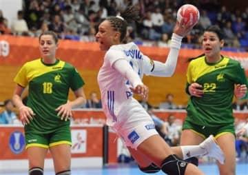 【ブラジル-フランス】前半、シュートを決めるフランスのエドヴィジュ(中央)=山鹿市総合体育館(高見伸)