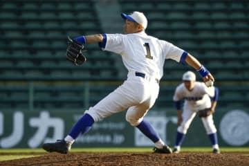 草野球で背番号1をつけ力投するイチローさん=1日、神戸市のほっともっとフィールド神戸