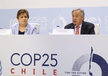 COP25の会場で記者会見する国連のグテレス事務総長(右)=1日、マドリード(共同)