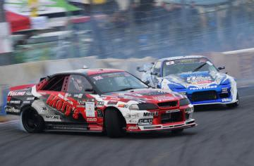 接触すれすれの競り合いを演じた「FIAインターコンチネンタル・ドリフティング・カップ2019」=筑波サーキット、菊地克仁撮影