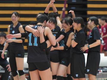 バレーボールの全日本大学選手権女子決勝で福岡大との接戦を制し、歓喜する筑波大の選手=大田区総合体育館