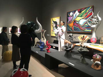 開運をテーマに岡本太郎がデザインした扇子などが展示されている記念展=川崎市多摩区の市岡本太郎美術館、2019年12月1日午後1時35分ごろ撮影