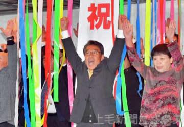 当選を決め、万歳する金子氏(中央)=1日午後9時55分ごろ、邑楽町中野の選挙事務所