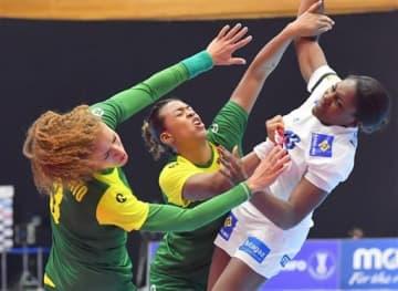 【ブラジル-フランス】前半、シュートに向かうフランス選手(右)をディフェンスするブラジル守備陣=山鹿市総合体育館(高見伸)