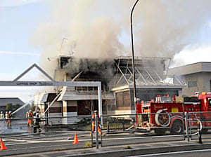 店舗を全焼した火災現場=1日午後3時15分ごろ