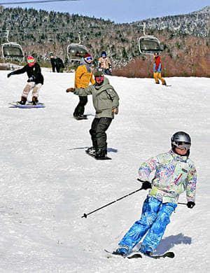 初滑りを楽しむ来場者=1日、北塩原村・グランデコスノーリゾート