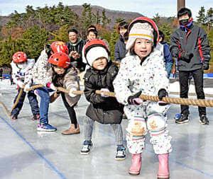 つるつる滑る氷の上で綱引きに挑戦する参加者